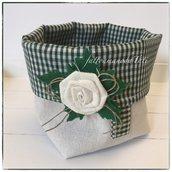 Cestino portatutto in cotone tinta naturale e verde a quadretti con rosa di lino bianco