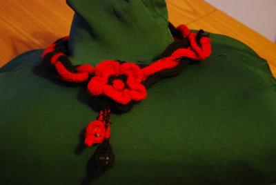 Collana intrecciata con fiore pendenti e farfalla