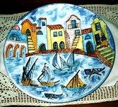 Piatto murale di ceramica artistica unico nuovo con motivo di case affacciate sul fosso e barche sparse