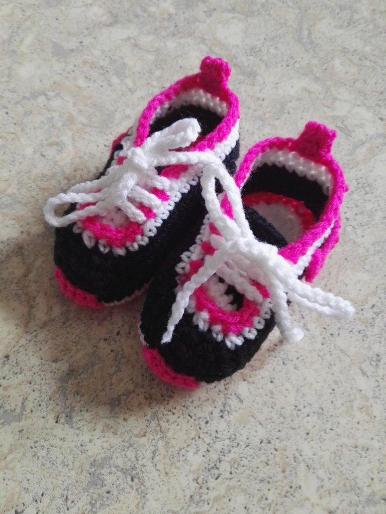 Sneakers all'uncinetto per neonata