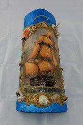 Tegola di coccio decorata a rilievo con veliero in mare e cornice di sabbia e conchiglie
