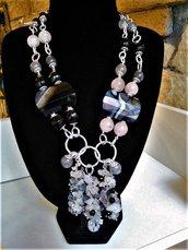 Collana con ciuffi in quarzo grigio ed onice, pietre in agata nera, onice, quarzo grigio e rosa