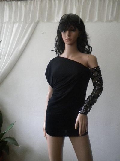 Blusa da donna non standard con una manica in pizzo.