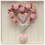 Cuore/fiocco nascita in vimini decorato con roselline,farfalle e due cuori sui toni del rosa