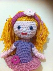 bambola amigurumi con gonnellina rosa lamè