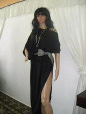 Tunica di seta non standard e asimmetrica con cintura.