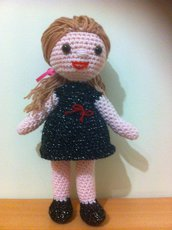 bambola amigurumi con vestito di lamè nero