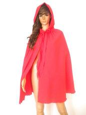 Cappellino con cappuccio rosso