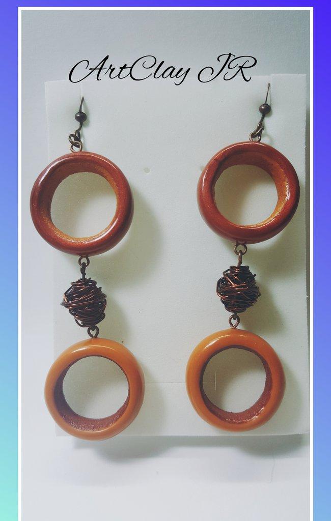 Orecchini marroni in pasta polimerica e perle in alluminio fatti a mano