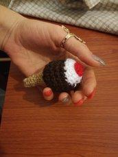 Portachiavi cono gelato al cioccolato ad uncinetto, portachiavi fatto a mano, gelato al cioccolato e panna montata