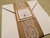 Partecipazione nozze bianca busta stile shabby chic con decorazione e perla