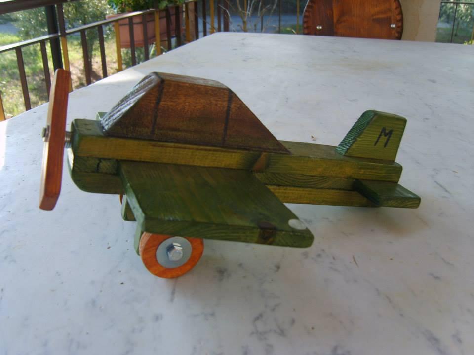 Aereo giocattolo in legno