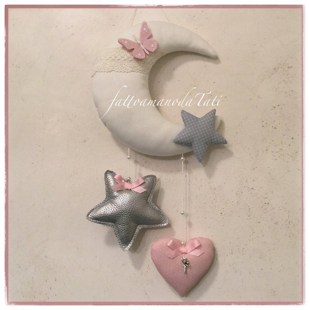 Fiocco nascita luna in cotone bianco con stelle ,cuore e farfalla sui toni grigio argento e rosa