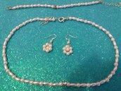 Girocollo e braccialetto e orecchini con perline i un zircone.