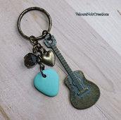 Portachiavi chitarra in bronzo e plettro in fimo vintage