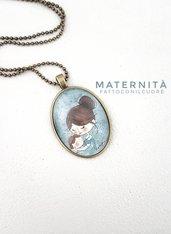 Collana color bronzo con ciondolo ovale Maternità illustrazione di fattoconilcuore