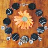 Collana con grandi pastiglie in agata striata nera e fiorellini pendenti in argento