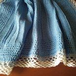 Per il bebe', copertina in morbida lana celeste-azzurra con rifinitura di lana bianca