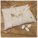 Cuscino per fedi in lino bianco avorio decorato con pizzo vintage A
