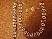 Collana ,bracciale e orecchini con perline.