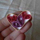 Spilla con cuori di carta rossi e viola • Cuori quilling • Regalo di San Valentino