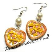 Orecchini Pizza a forma di cuore - bianca con wurstel e patatine- miniature - handmade - ...