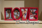 Cornice per fotografie sagomata nella scritta Love in rosso