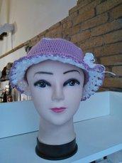 Cappello bianco e rosa antico a tesa con fiorellino, per bambine