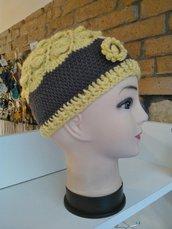 Cappello in lana giallo e marrone con motivo a ventagli, fiore applicato