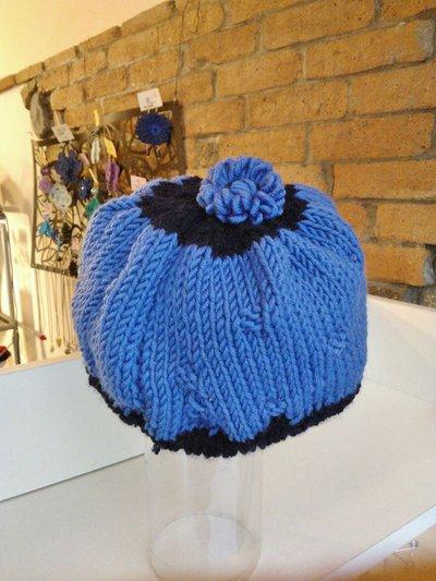 Cappello per bimba in lana blu, con fiorellino sulla sommità