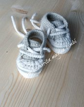Scarpine sneakers neonato colore bianco e grigio chiaro  - uncinetto - nascita - baby shower