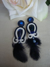 Orecchini blu con piuma