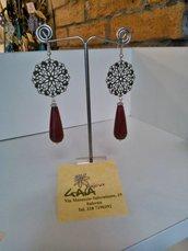Orecchini con filigrana tonda color bronzo e goccia in giada bordeaux