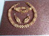 Collana di perle (6mm)dal colore della sabbia. Completa di braccialetto e orecchini pendenti.