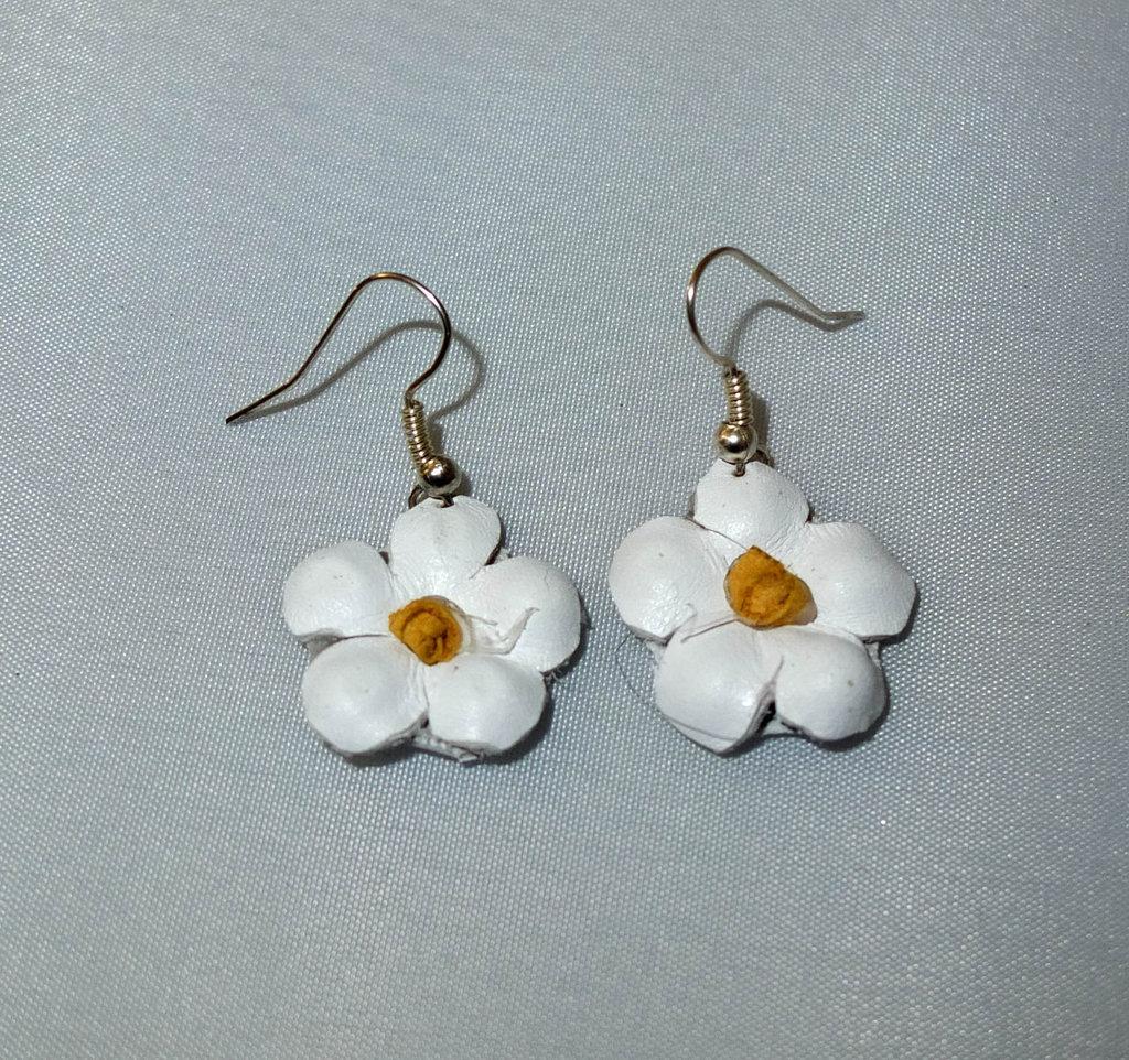 Orecchini  fiori bianchi di vera pelle