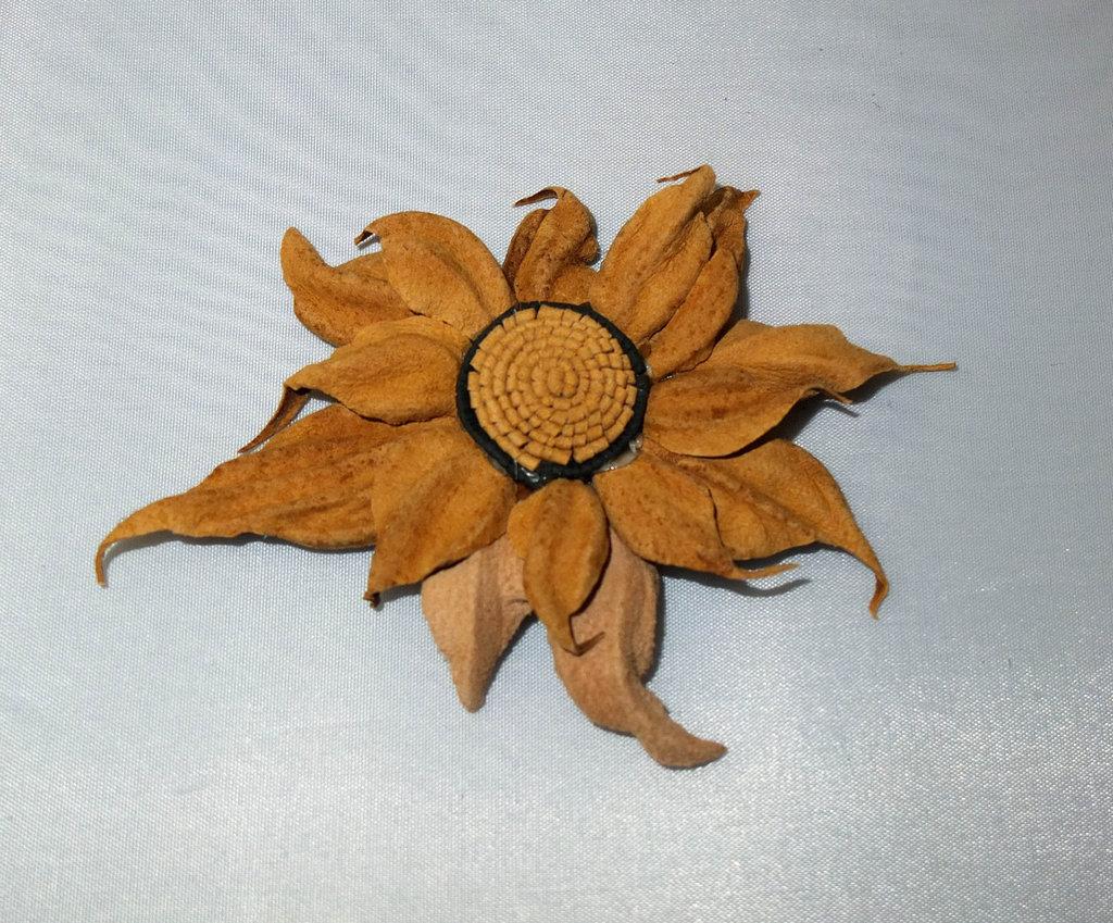 Fiore di vera pelle colore ocra 1