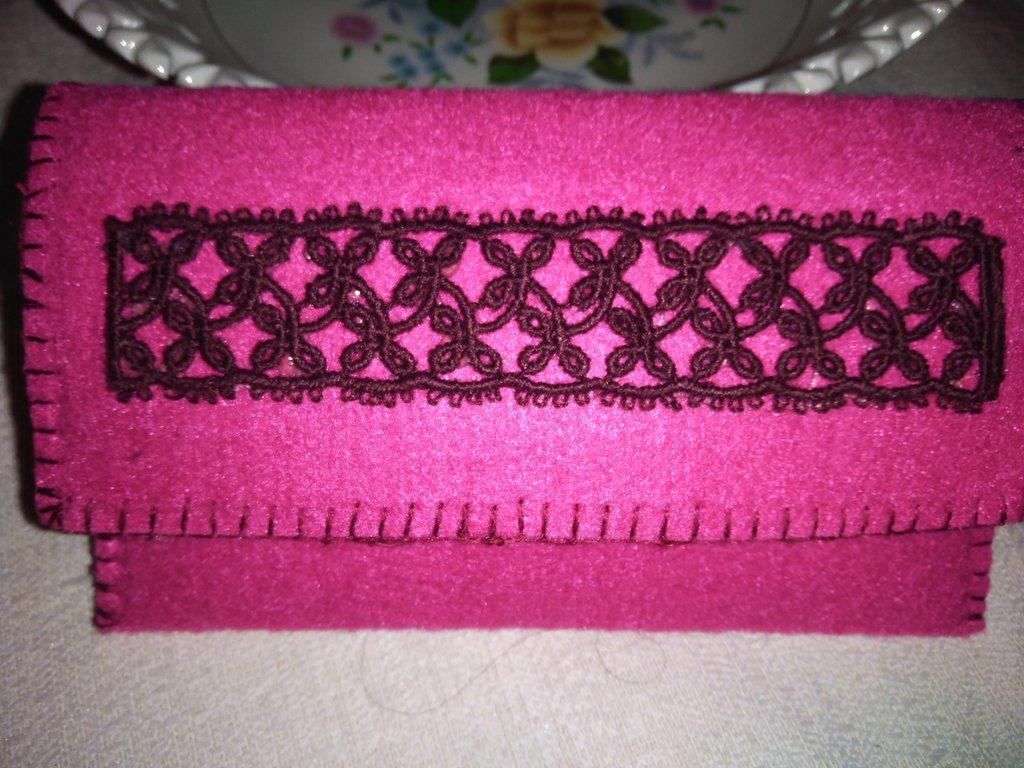 Originale portafoglio  di feltro impreziosito con  un merletto tipologia chiacchierino