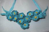 Collana di vera pelle con fiori azzuri