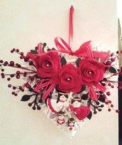 Ghirlanda fuoriporta base a forma di cuore in vimini bianco con rose in feltro rosso e angeli in polvere di ceramica dipinti a mano
