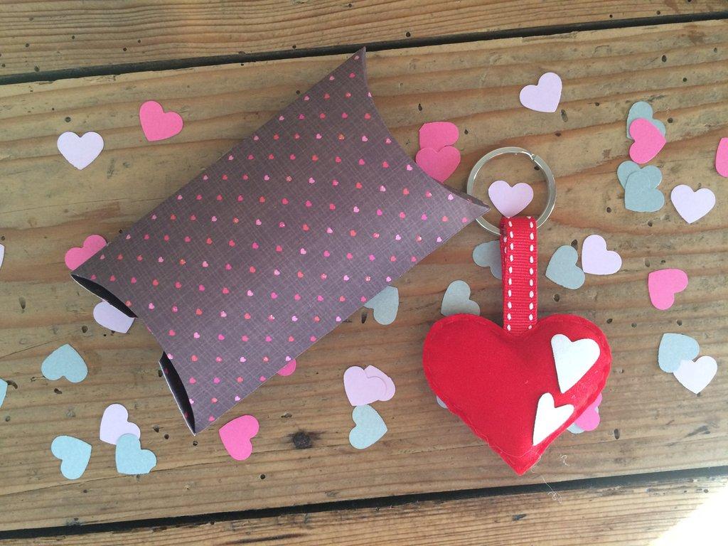 Portachiavi in ecopelle a forma di cuore imbottito cucito a mano con bottoni