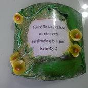 tegola in cotto, personalizzata con scritta e fiori realizzati con porcellana fredda