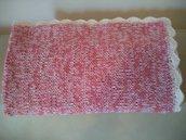 Calda e morbida copertina da bimba realizzata a mano con lana sfumata bianca e rosa antico rifinita a punto ventaglio.
