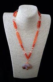 Collana arancio con tre pendenti ed alternanza di fili