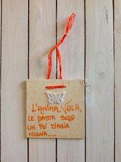 Bianco e arancio su quadretti di legno