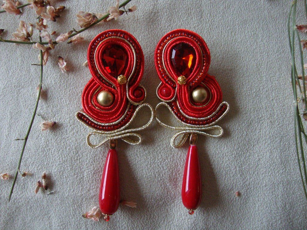 Orecchini eleganti in oro e rosso in soutache