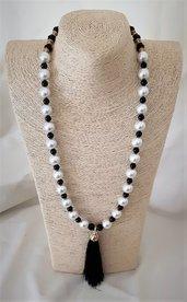 Collana bianco e nero con nappina