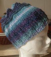 Berretto di lana fatto a mano coi ferri circolari blu sfumato