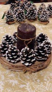 Centro tavola candela con le pigne. Decorazione per le feste