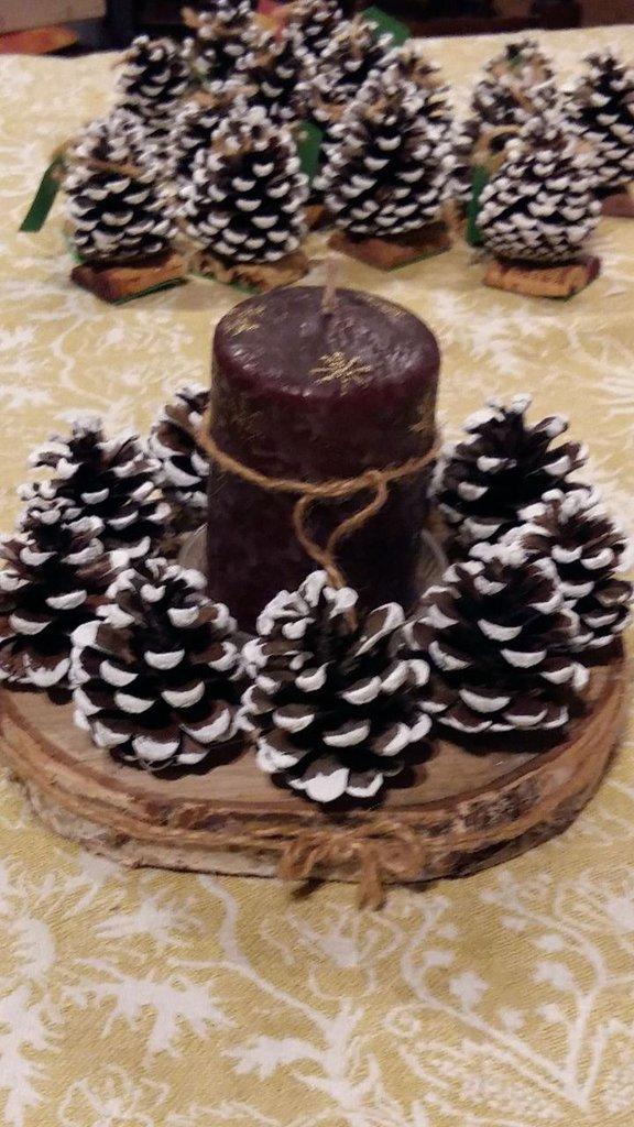 Centro tavola candela con le pigne decorazione per le - Centro tavola natalizio con pigne ...