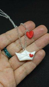 Collana con barca origami, in fimo, personalizzata con l'iniziale del nome su un cuore, regalo san valentino, regalo appassionata di origami